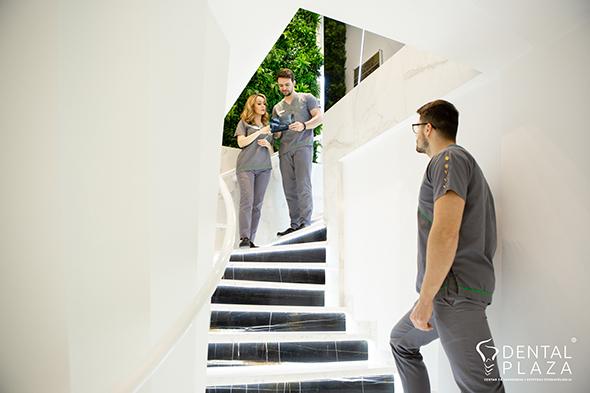 stomatoloski radnici na stepenicama
