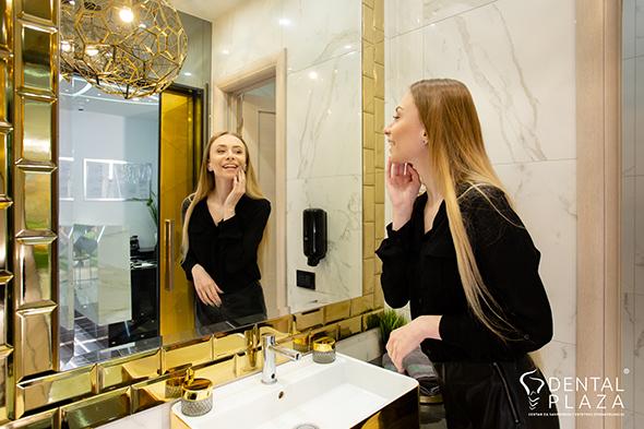 zena se gleda u ogledalu