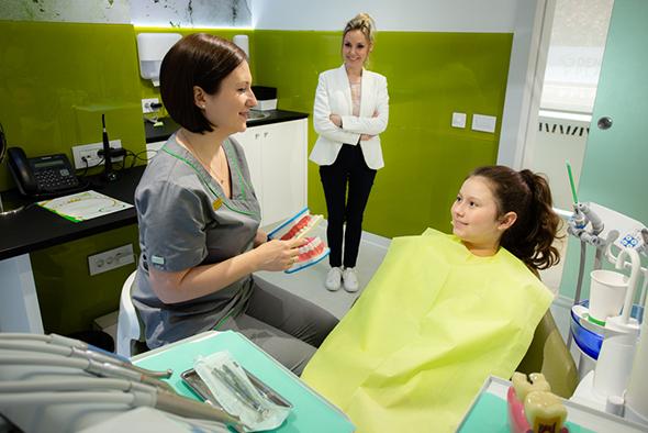 stomatoloski radnici i dete u stomatoloskoj stolici