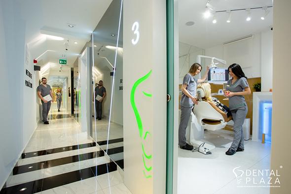 hodnik i radnici u dental plazi