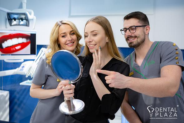 dve zene i covek u stomatoloskoj ordinaciji
