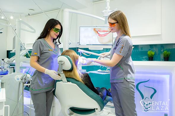 pacijent i stomatoloski radnici u ordinaciji
