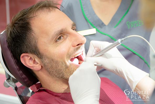 stomatolog popravlja zube pacijentu
