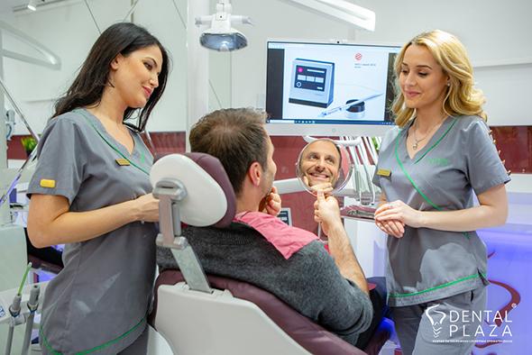 covek i dve zene u stomatoloskoj ordinaciji