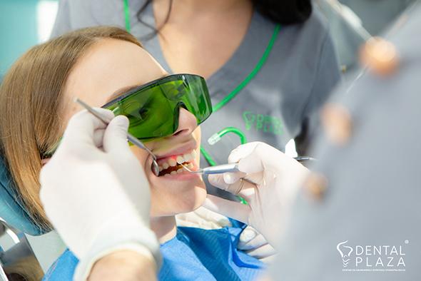 zena popravlja zube u stomatoloskoj ordinaciji